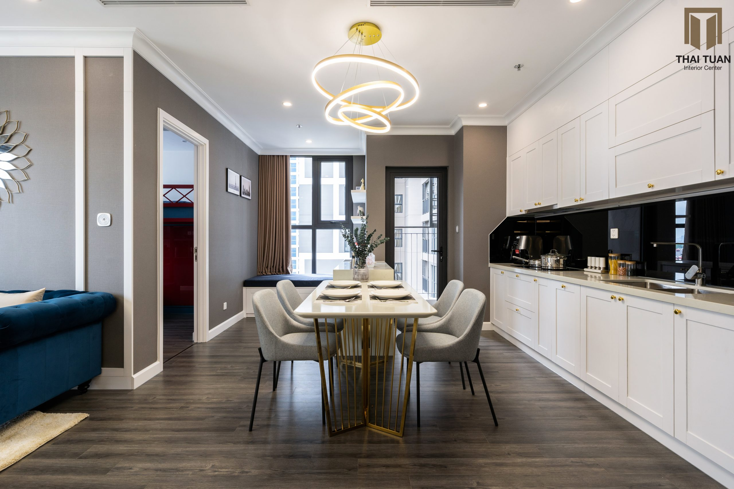 Phòng bếp ăn với tone màu trắng chủ đạo