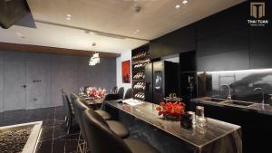 Phòng ăn và tủ rượu trưng bày sang trọng
