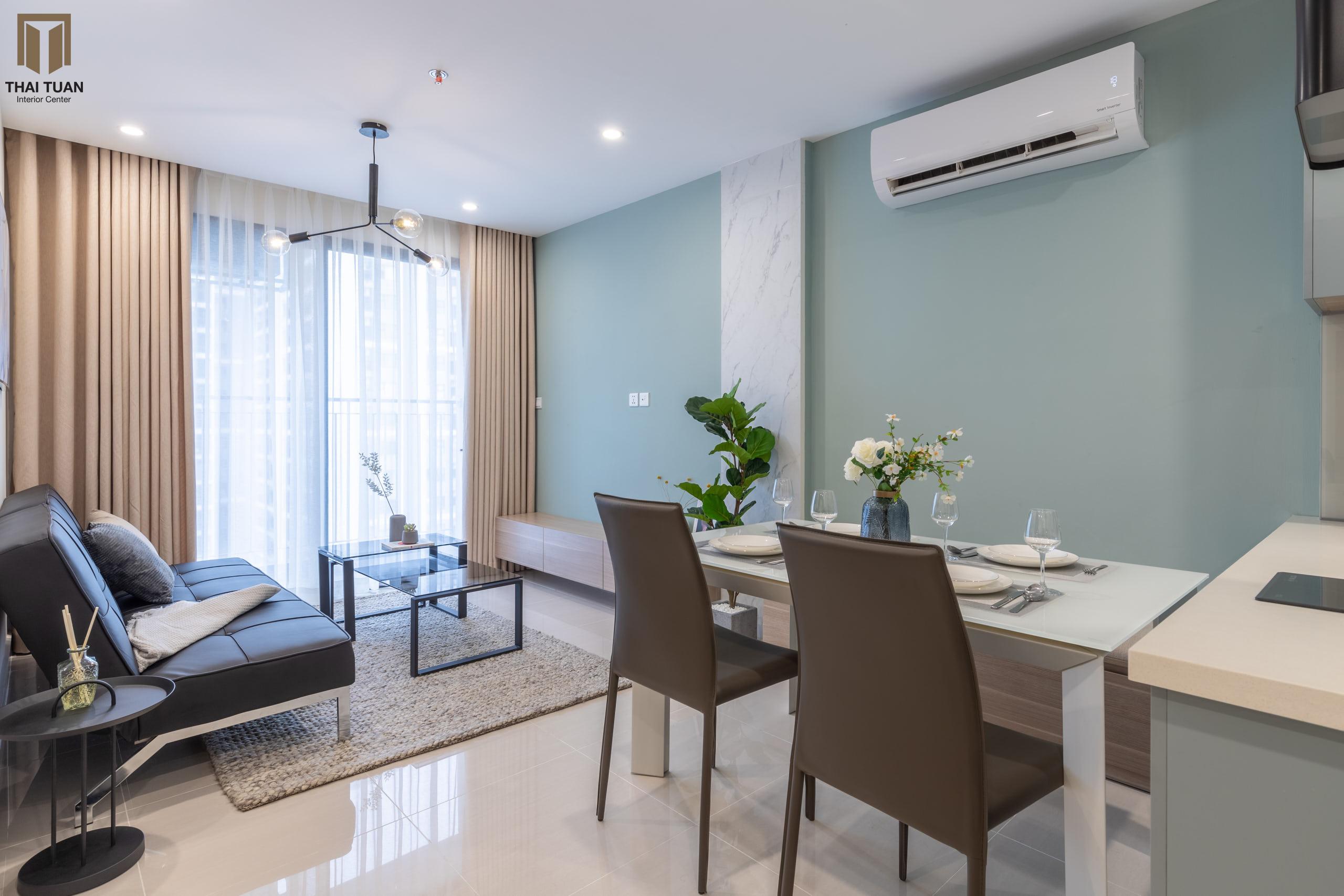 Phòng khách, phòng ăn hài hòa với diện tường light blue làm điểm nhấn