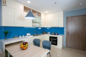 Căn bếp với mặt kính cường lực xanh dương