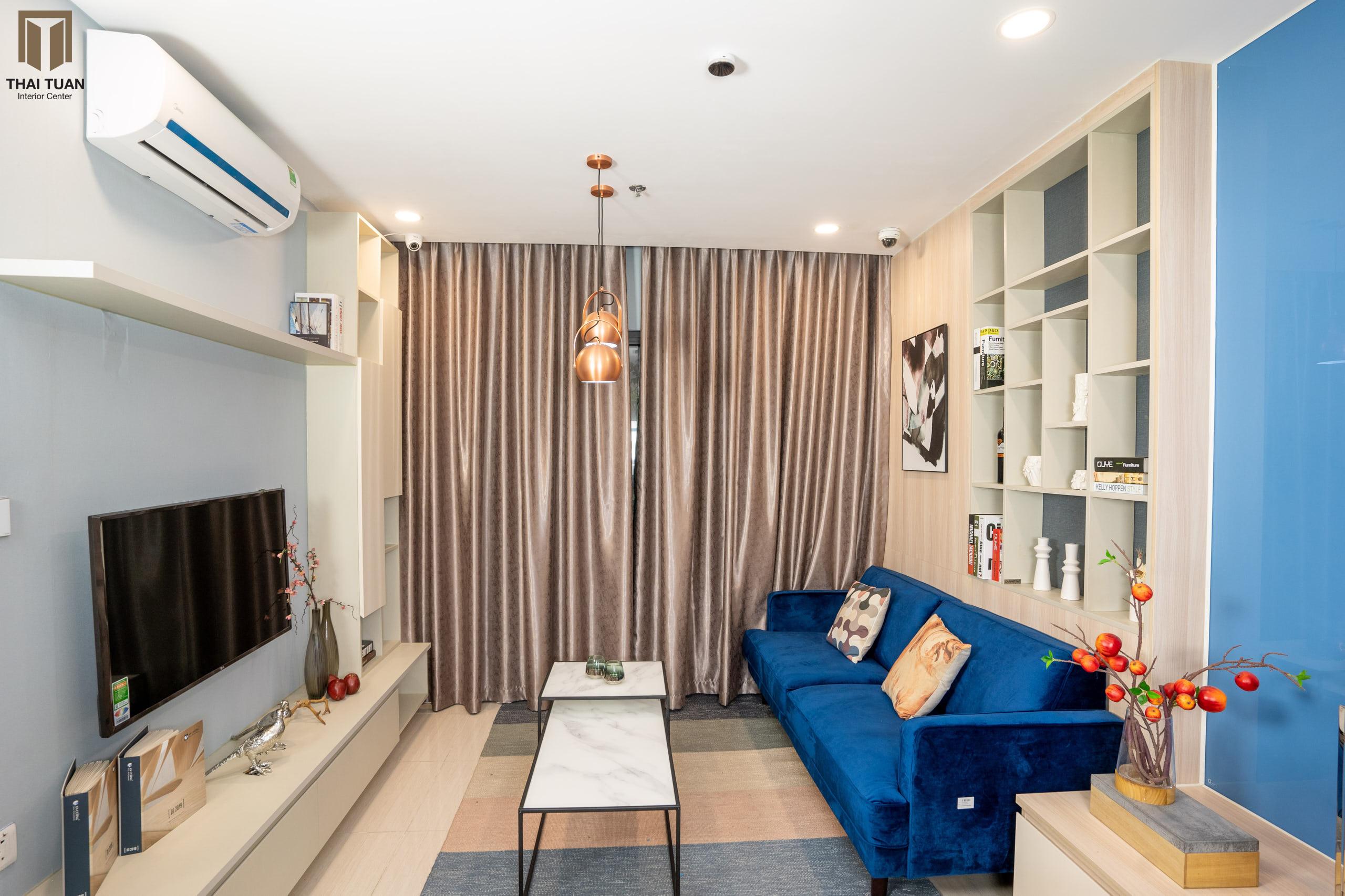 Phòng khách với chiếc sofa xanh dương làm điểm nhấn