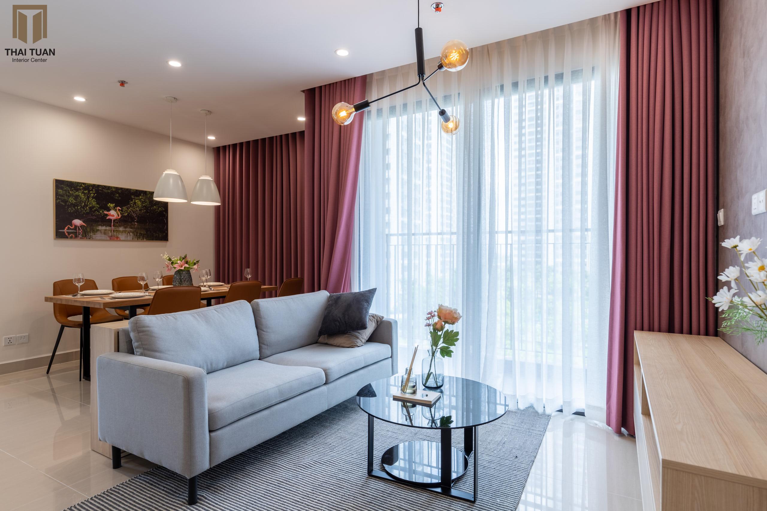 Phòng khách với sofa xám nhạt làm điểm nhấn