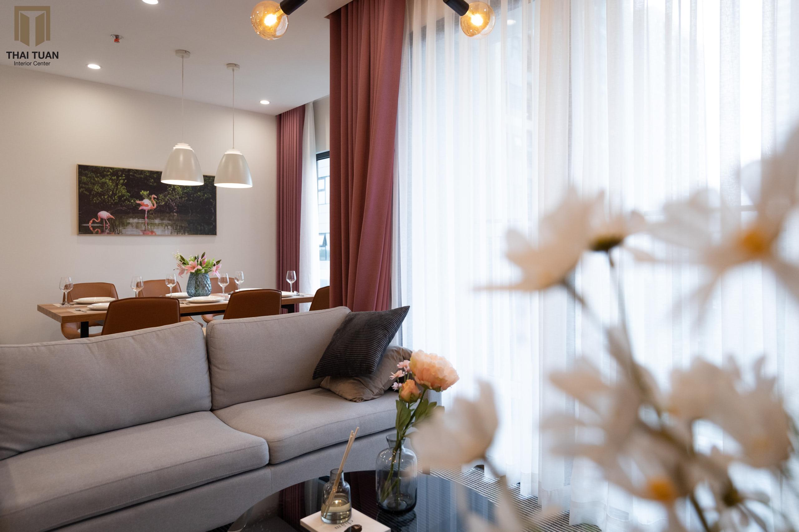 Phòng khách với sofa AConcept xám nhạt làm điểm nhấn
