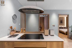 Căn bếp với tone màu gỗ ấm chủ đạo