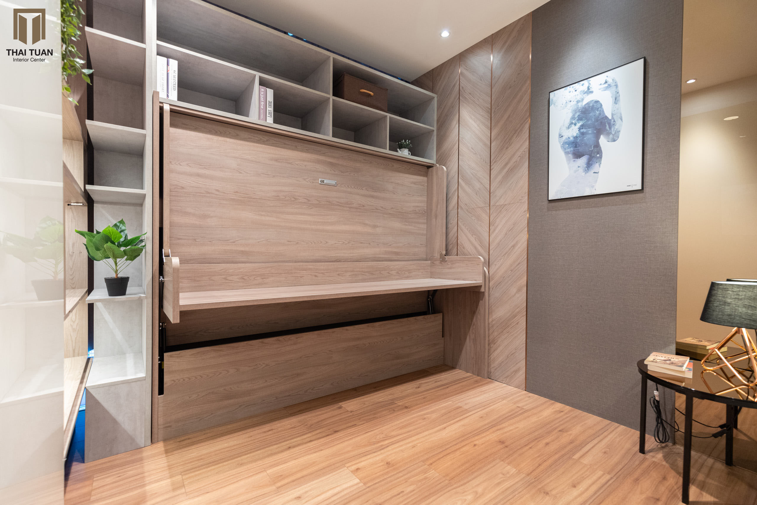 Giường ngủ kết hợp với kệ đồ là phụ kiện thông minh có thể đóng mở khi cần thiết, tối ưu hóa diện tích