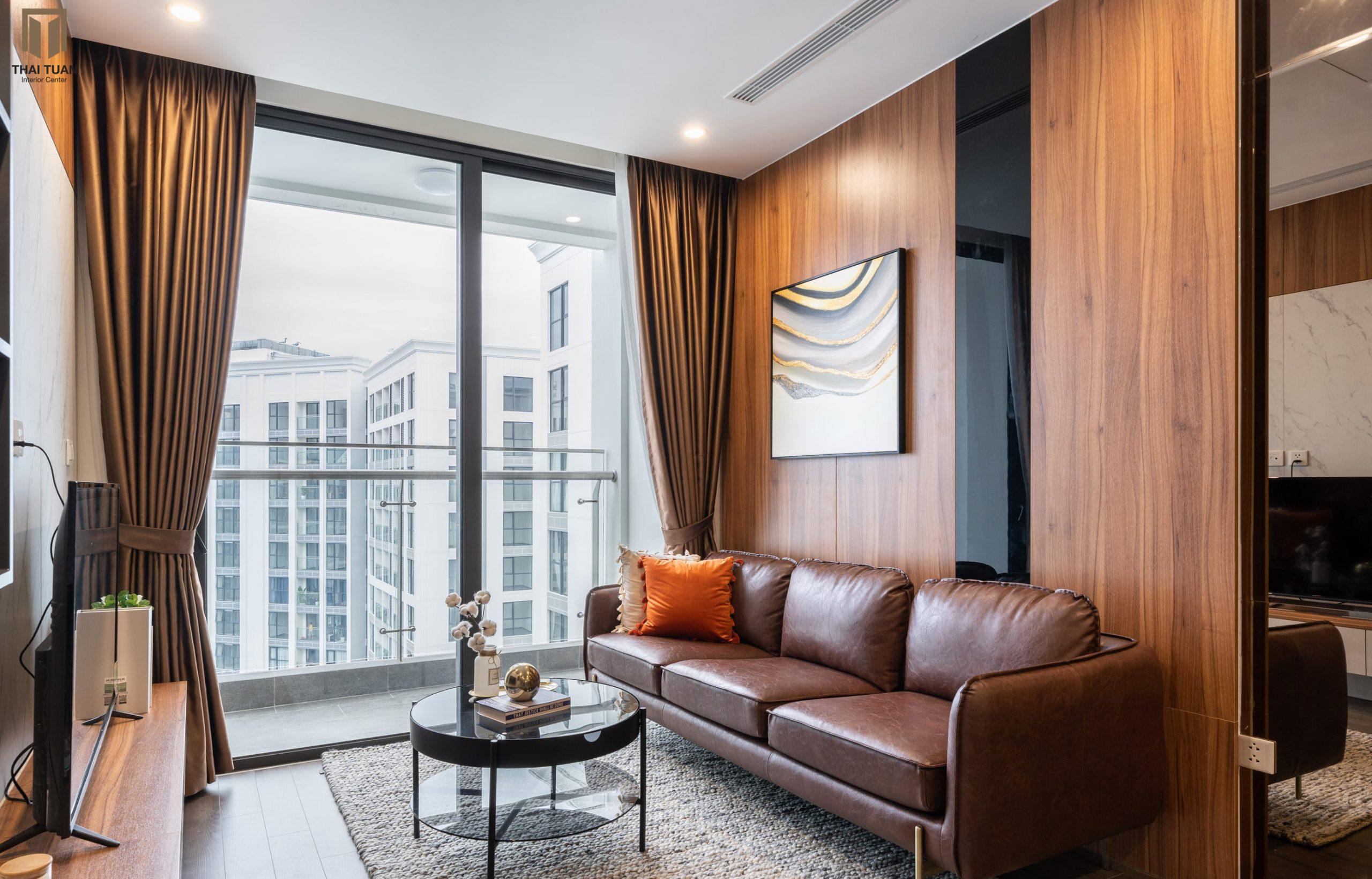 Chiếc sofa da sang trọng đến từ thương hiệu AConcept làm điểm nhấn cho căn hộ