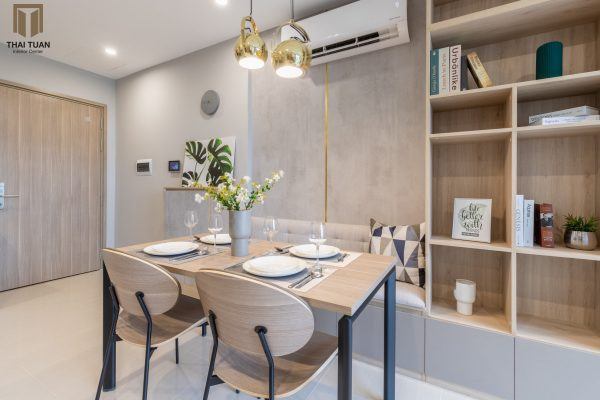 Phòng ăn với vật liệu chủ đạo gỗ công nghiệp sáng màu