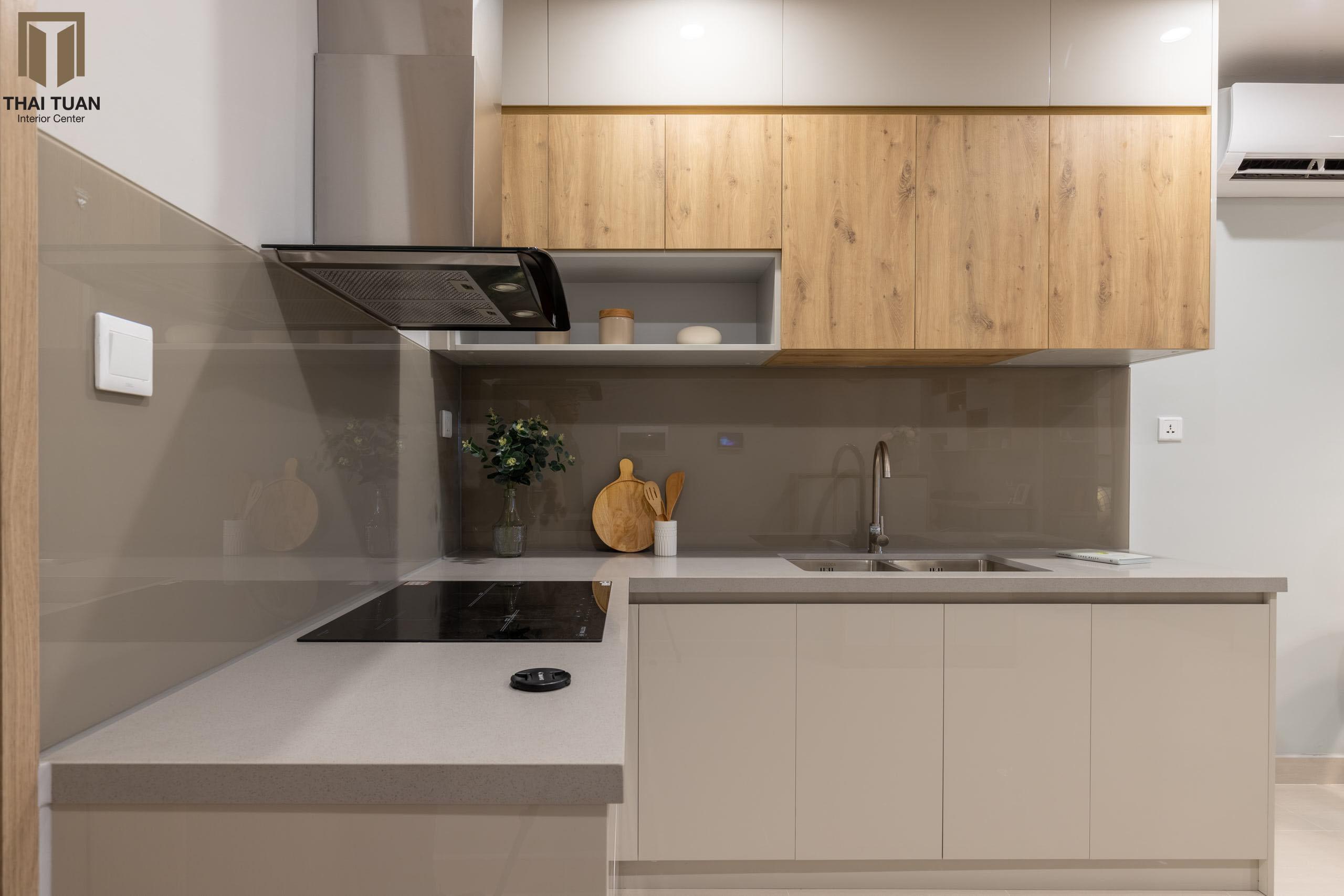 Tủ bếp chữ L mix vật liệu bề mặt Laminate gỗ và Acrylic bóng gương