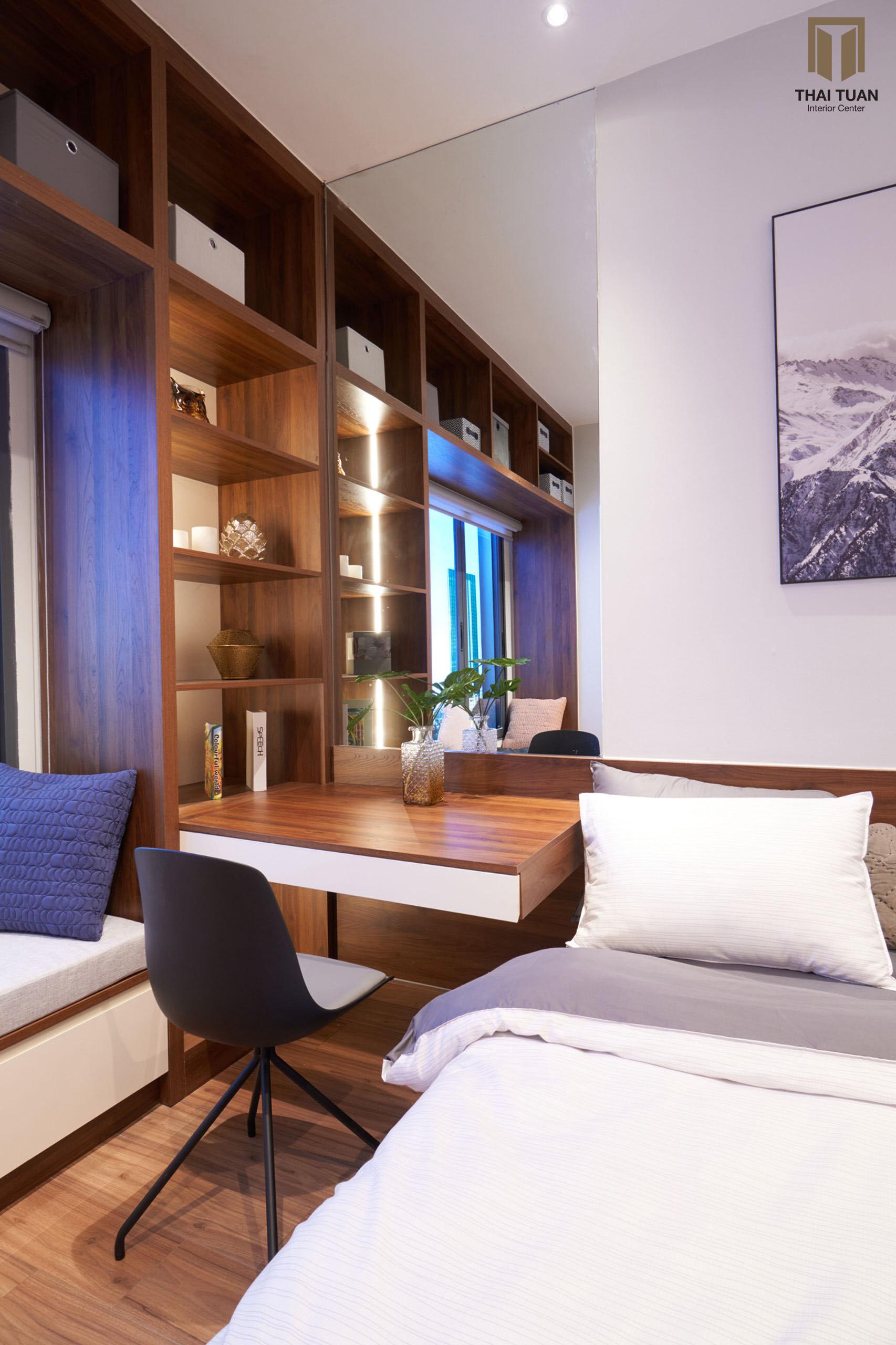 Phòng ngủ kết hợp bàn học, kệ sách và giường ngủ vô cùng hợp lí