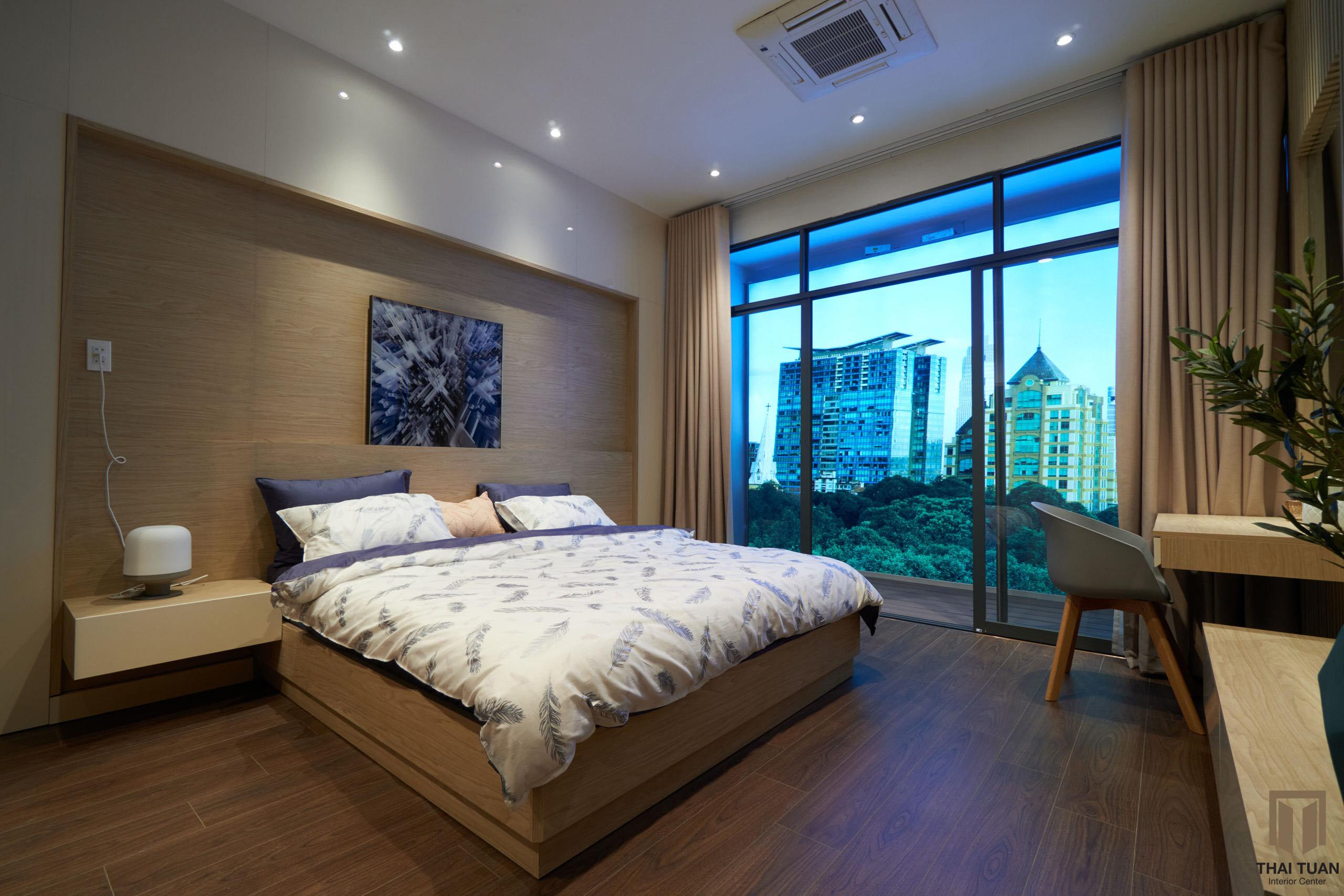 Phòng ngủ master với hệ cửa kính tận dụng tối đa ánh sáng tự nhiên