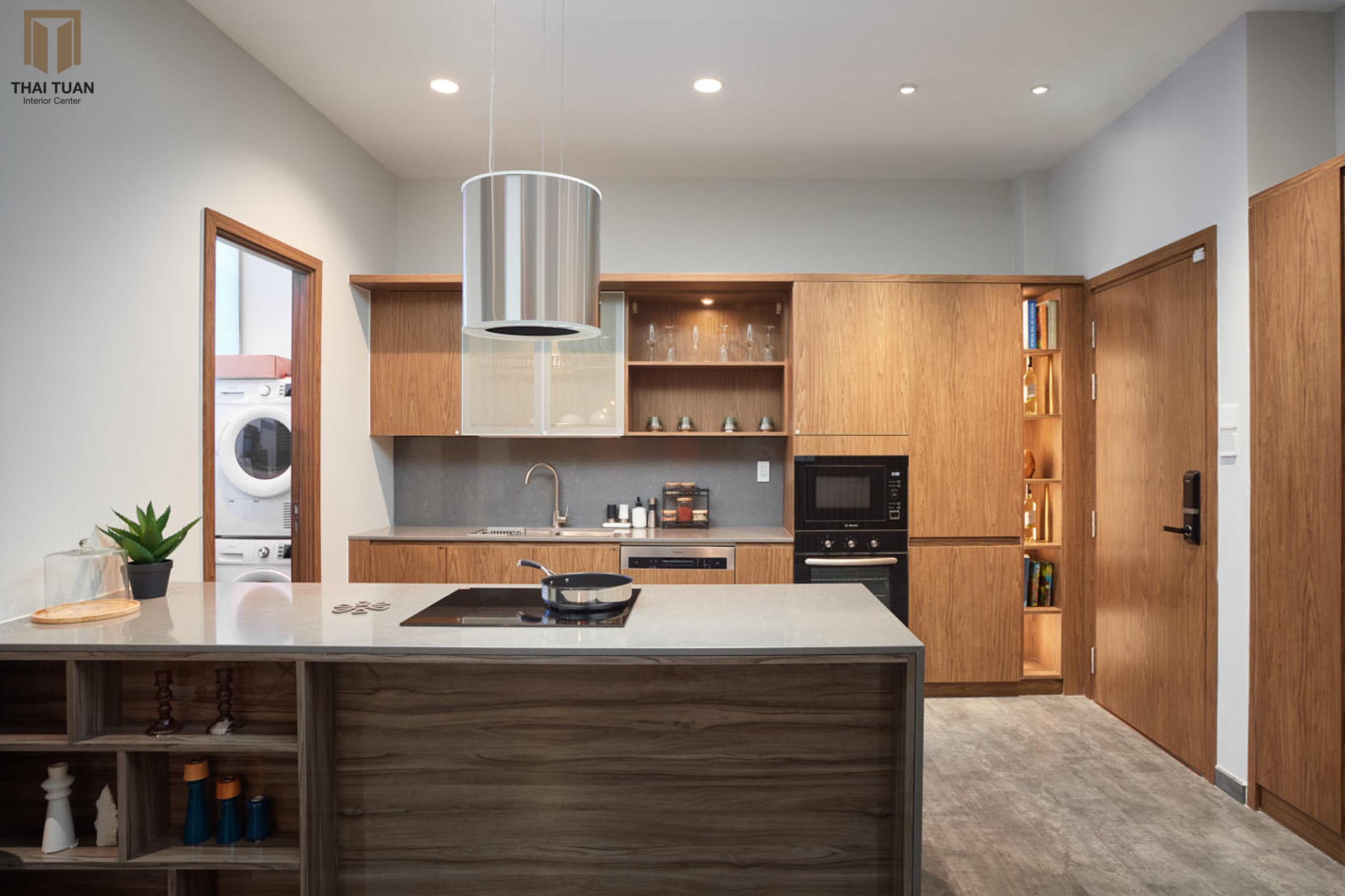Hệ tủ bếp bề mặt gỗ công nghiệp tăng thêm sự sang trọng cho không gian