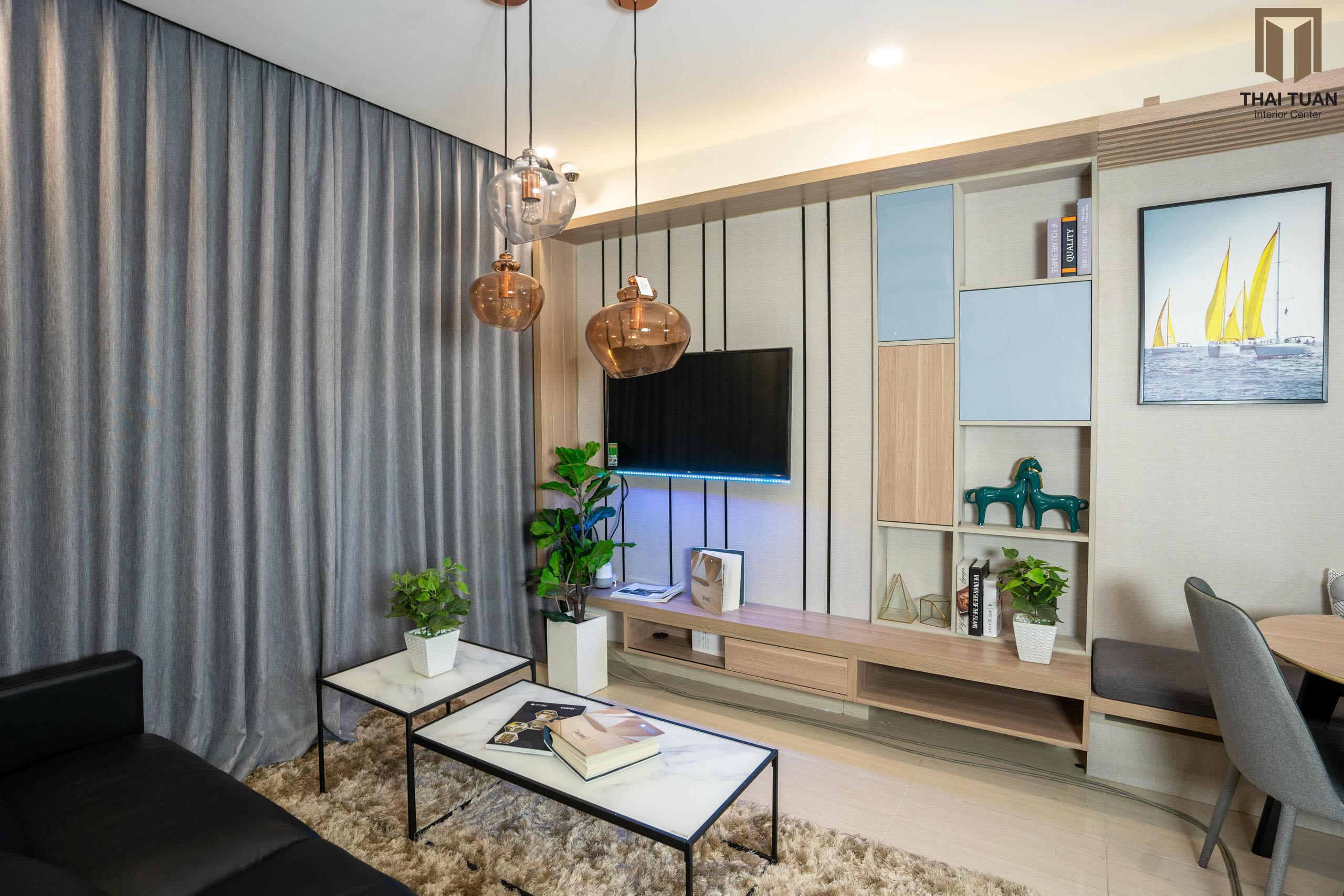 Phòng khách với diện tường độc đáo, vừa có tác dụng trang trí decor, vừa lưu trữ đồ