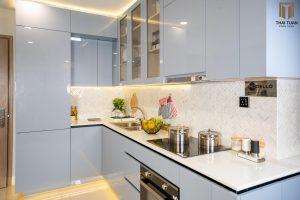 Tủ bếp chữ L với bề mặt Acrylic bóng gương sang trọng