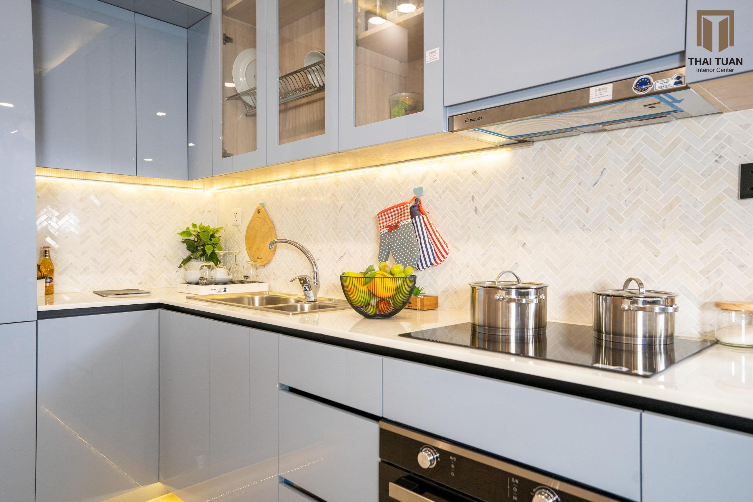Tone màu xanh dịu mát làm điểm nhấn cho tủ bếp